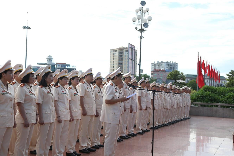 Đồng chí Đại tá Hồ Văn Tứ, Phó Bí thư Đảng ủy, Phó Giám đốc Công an tỉnh thay mặt đoàn đại biểu báo công với Bác
