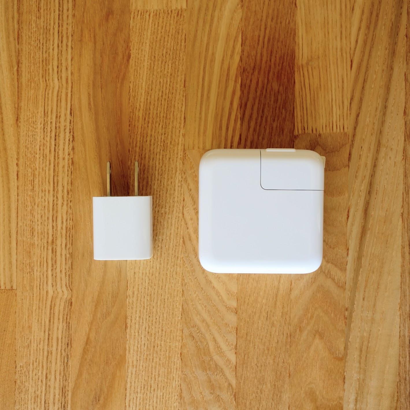 MacBook Airの電源アダプタとiPhoneの電源アダプタ