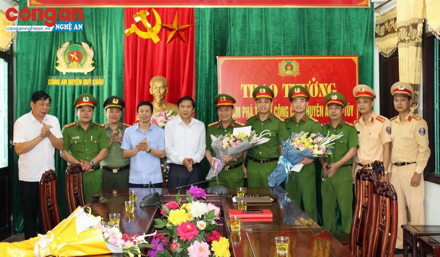 Các đồng chí Lãnh đạo huyện Quỳ Châu tặng hoa và trao thưởng cho Ban chuyên án