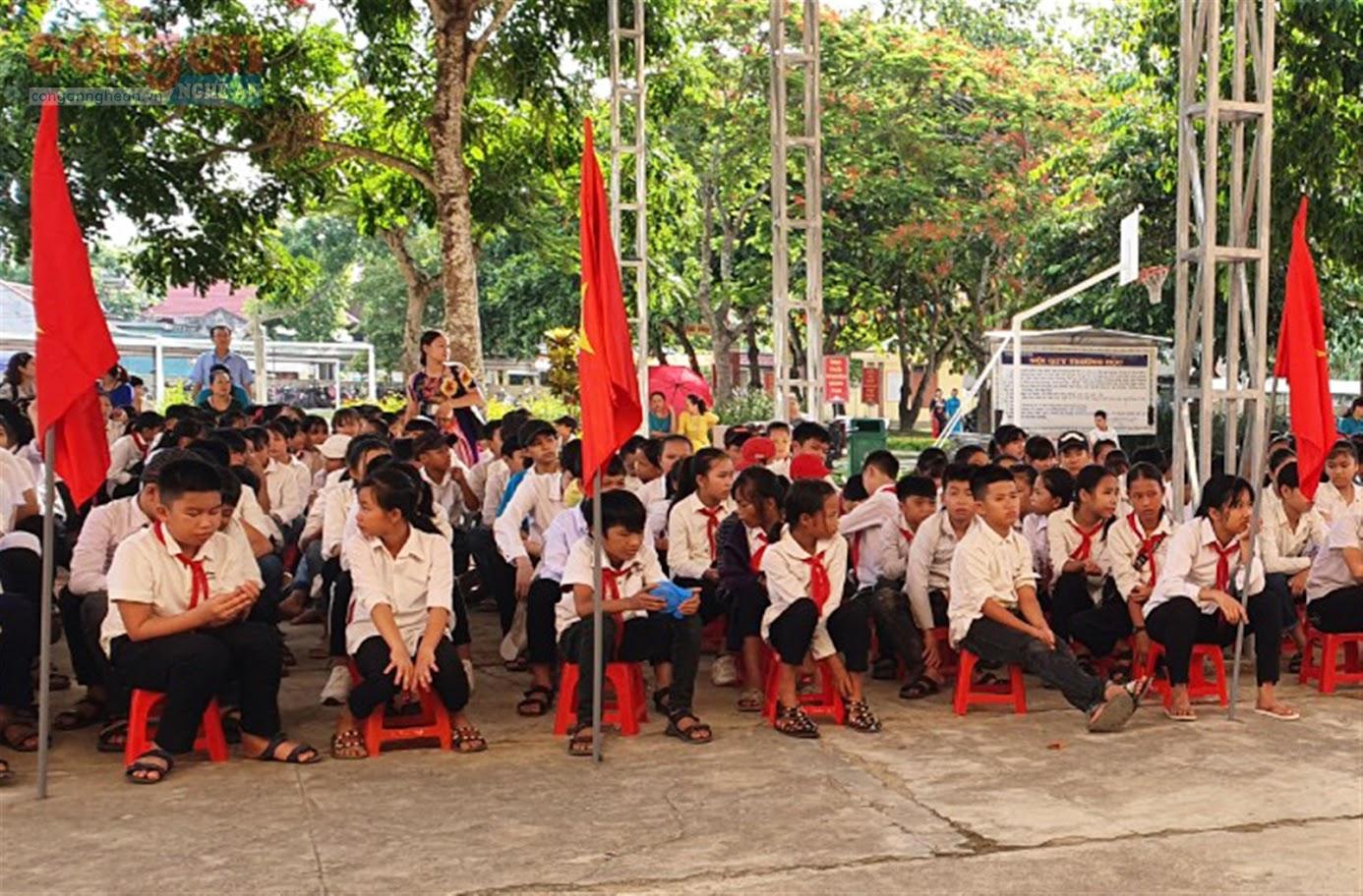 Đông đảo học sinh Trường THCS Hạnh Thiết tham dự        buổi tuyên truyền, phổ biến, giáo dục pháp luật