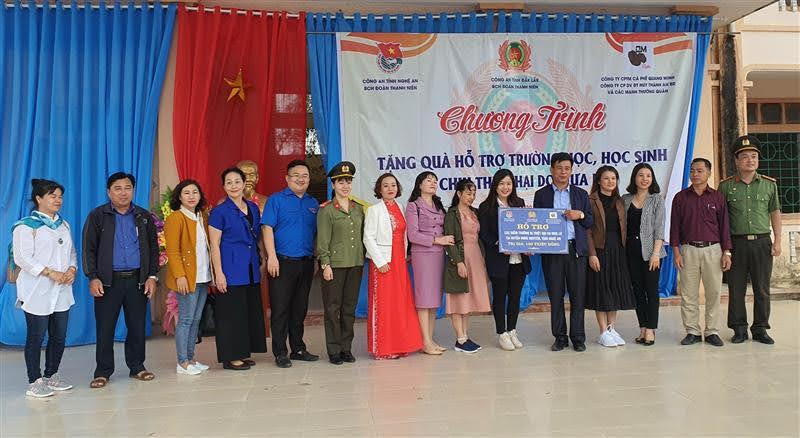 Đoàn đã trao quà hỗ trợ cho thầy và trò trường trung học cơ sở Hưng Trung, xã Hưng Trung, huyện Hưng Nguyên