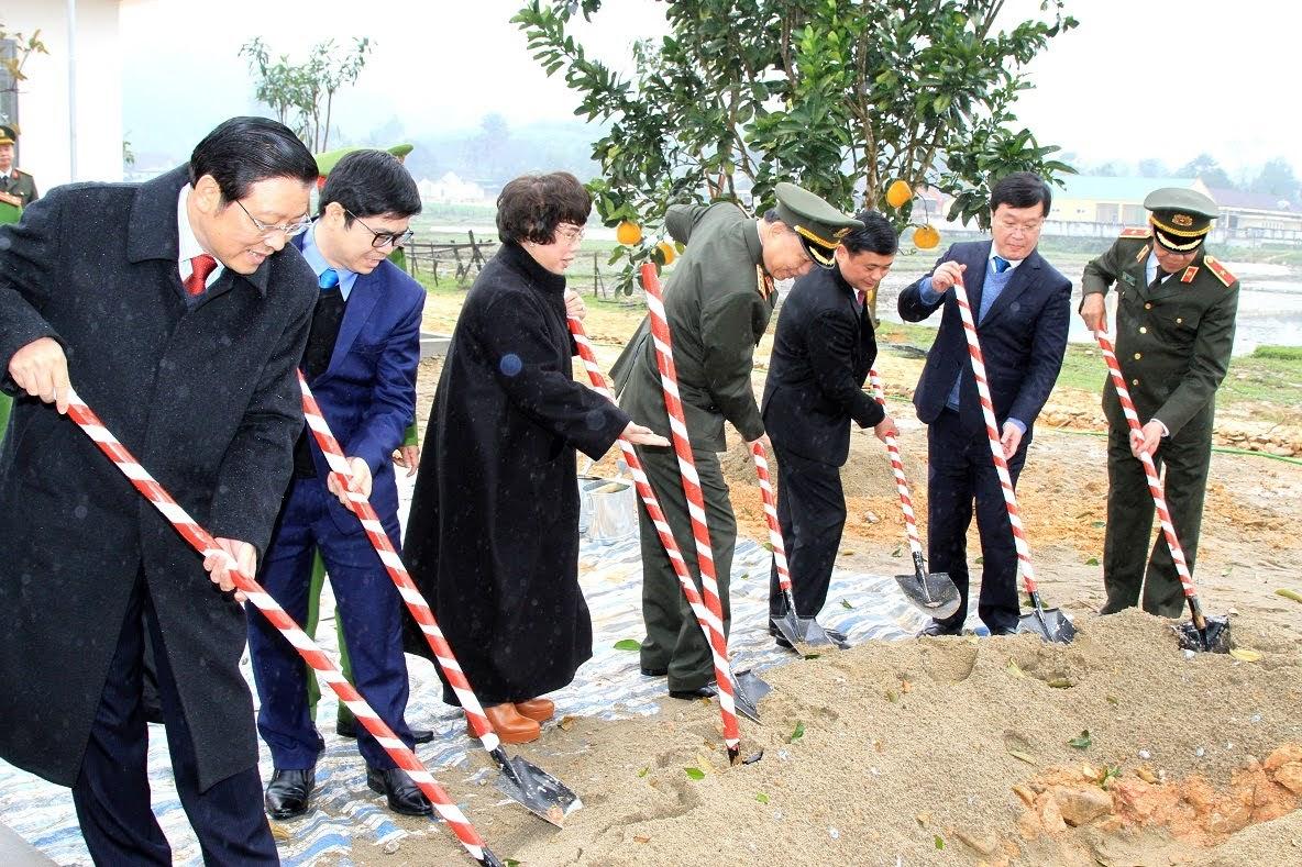 Các đại biểu cùng đoàn công tác trồng cây lưu niệm trong khuôn viên Trụ sở Công an xã Thanh Thủy.