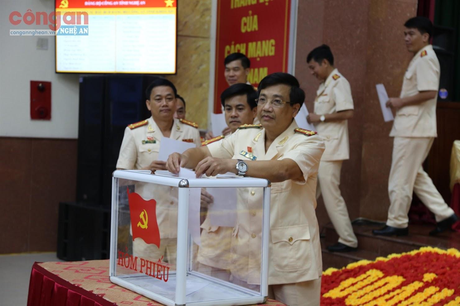 Các đại biểu Đảng bộ Công an tỉnh bỏ phiếu bầu BCH khóa XIV                            nhiệm kỳ 2020 - 2025