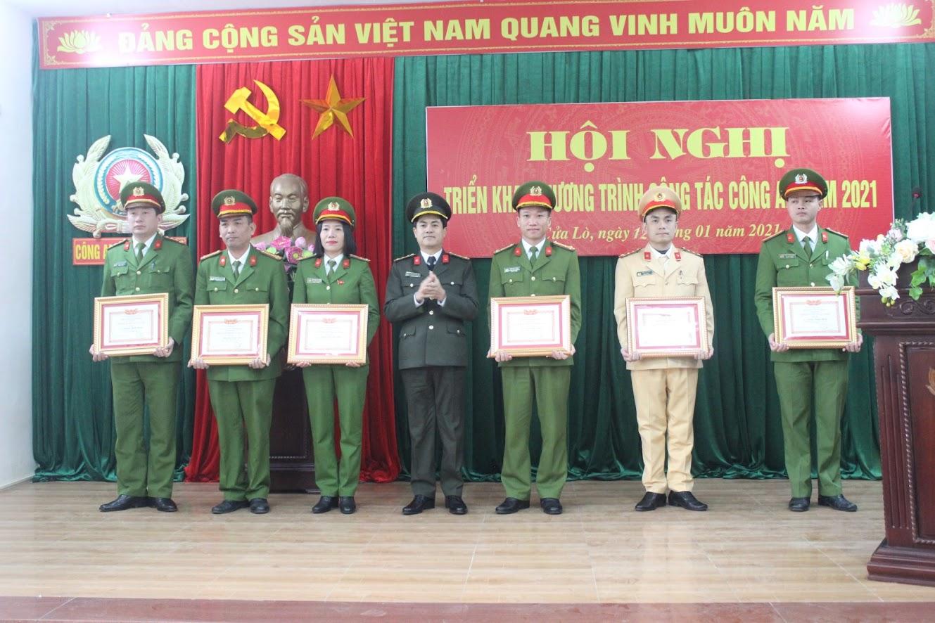 Trao danh hiệu Chiến sỹ thi đua cơ sở cho các cá nhân đạt thành tích xuất sắc