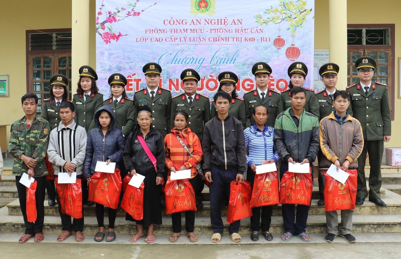 Đoàn công tác cùng cán bộ chiến sỹ và bà con nhân dân tại xã Môn Sơn