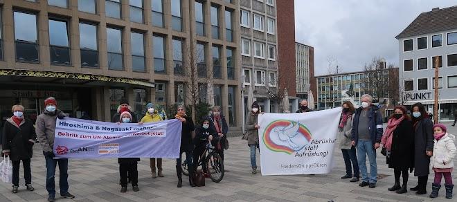 Demonstrierende mit Transparenten «Hiroshima und Nagasaki mahnen...», «Abrüsten statt Aufrüstung!».