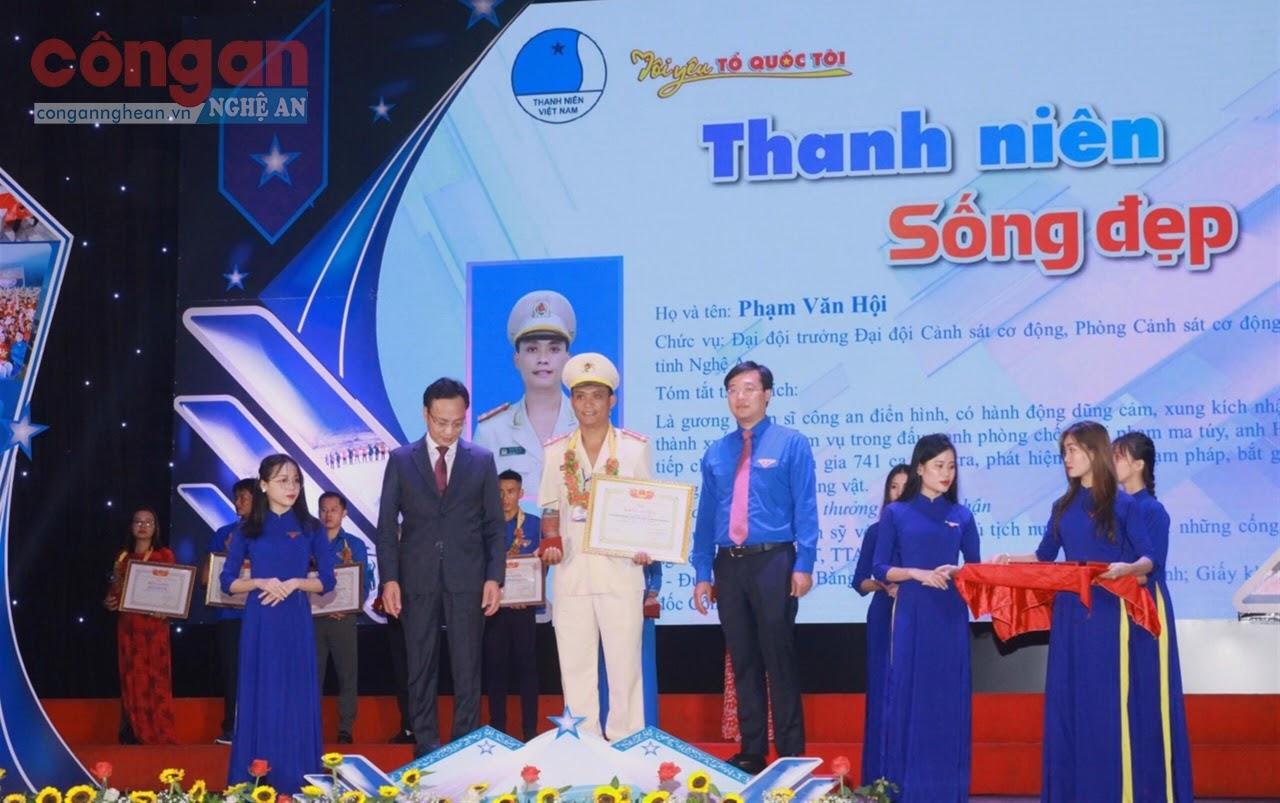 Đại úy Phạm Văn Hội tại lễ vinh danh