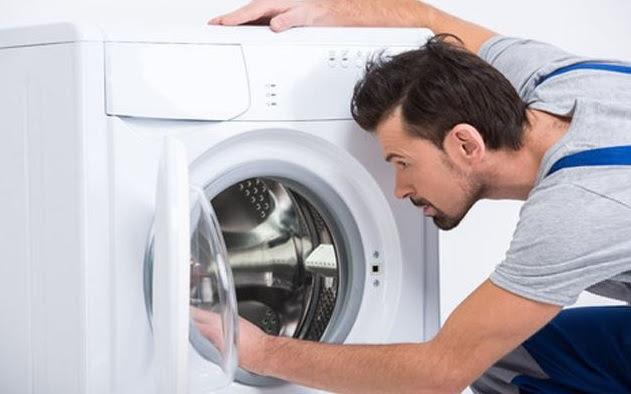 Sử dụng tay để vần lồng máy giặt
