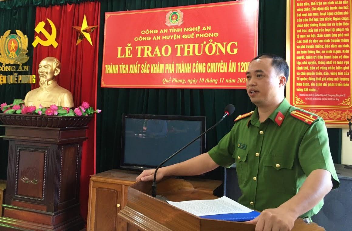 Đồng chí Trung tá Mai Đức Quân - Phó Trưởng Công an huyện Quế Phong báo cáo quá trình đấu tranh, khám phá thành công chuyên án