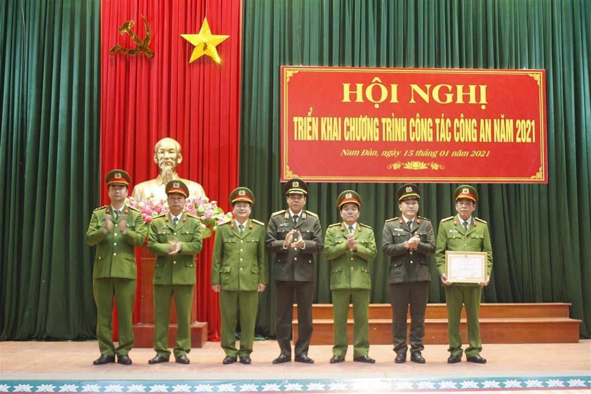 """Trao tặng danh hiệu """"Đơn vị Tiên tiến"""" cho Công an huyện Nam Đàn"""