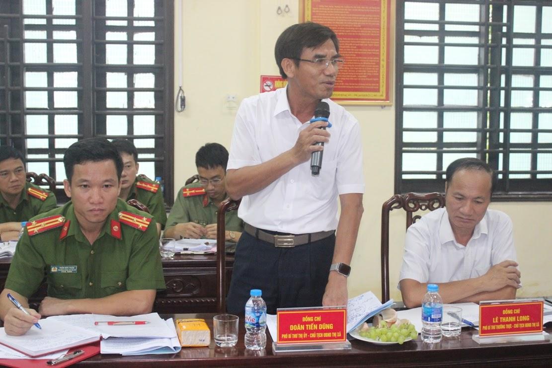 Đồng chí Doãn Tiến Dũng, Chủ tịch UBND thị xã phát biểu tại buổi làm việc