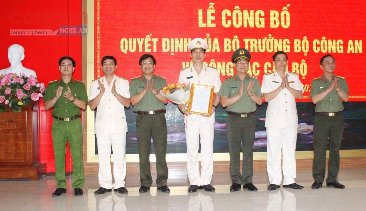 Các đồng chí trong Ban thường vụ Đảng ủy, Lãnh đạo Công an tỉnh chúc mừng Đại tá Cao Minh Huyền