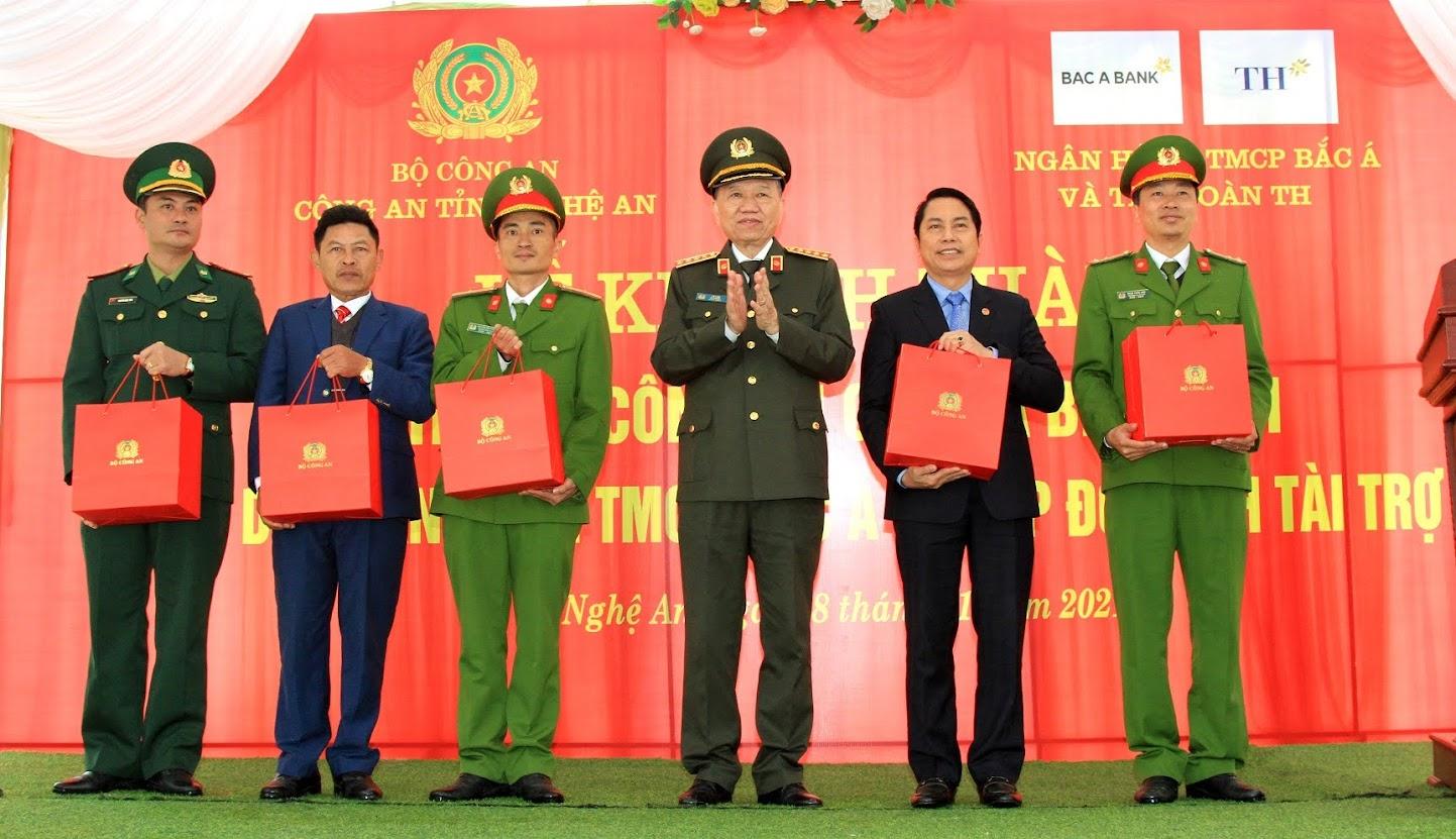 Bộ trưởng Tô Lâm tặng quà cho chính quyền và các đơn vị đóng chân trên địa bàn huyện Thanh Chương.