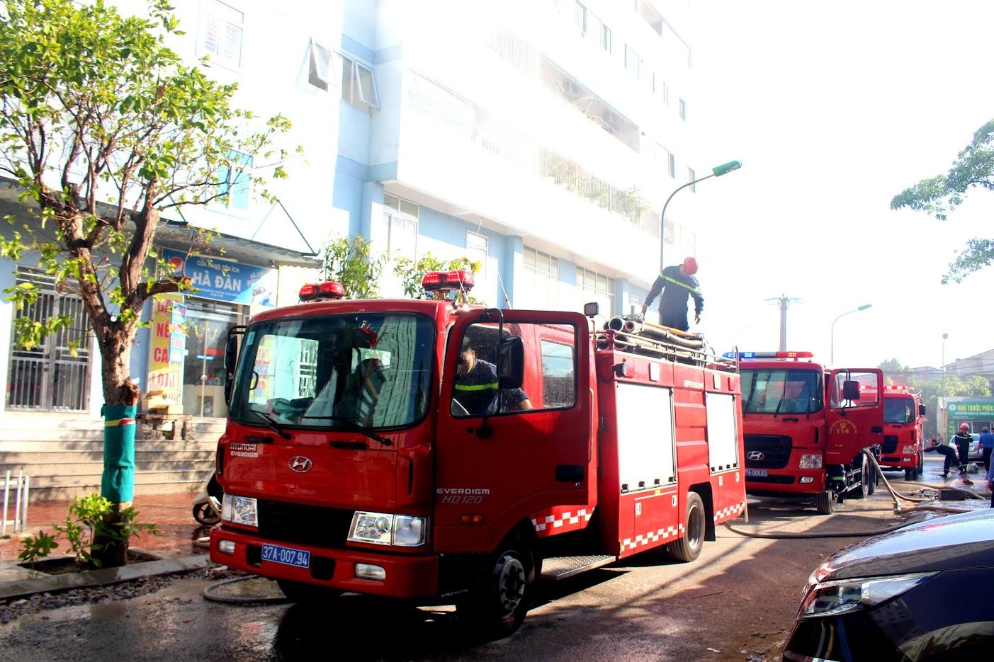 Cảnh sát PCCC nhanh chóng có mặt và triển khai phương án dập lửa