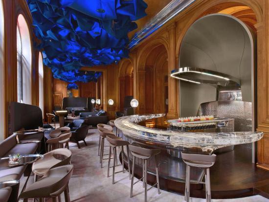 エミリー、パリへ行く ホテルのバー / Le Bar Hôtel Plazza Athénée, 25 Avenue Montaigne