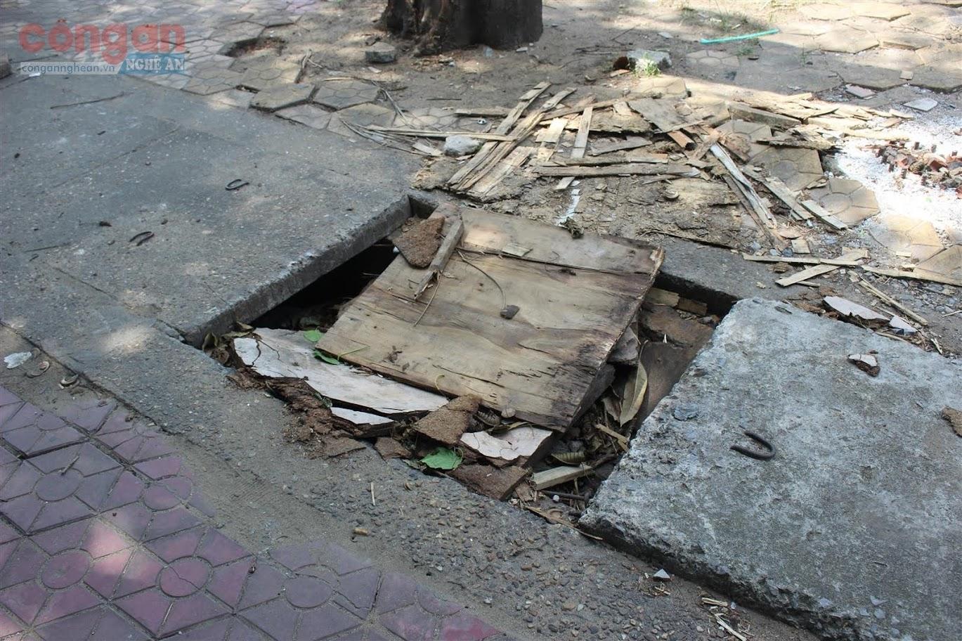 Tại tuyến đường Phan Đăng Lưu xuất hiện một số hố sâu mất nắp rất nguy hiểm cho người đi đường.