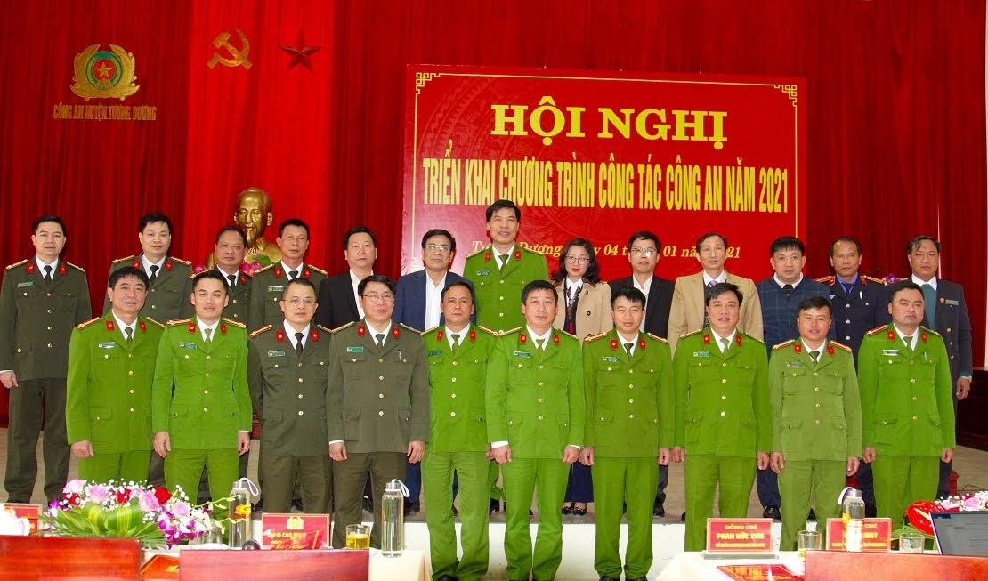 Các đại biểu dự Hội nghị chụp ảnh lưu niệm