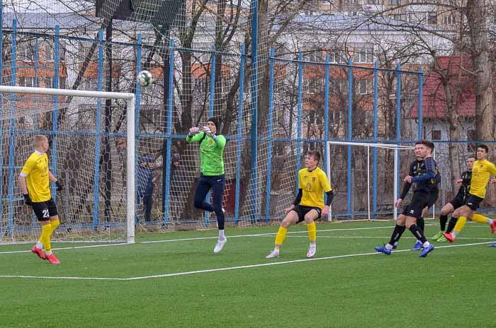 One or more people playing football Один или несколько людей играют в футбол