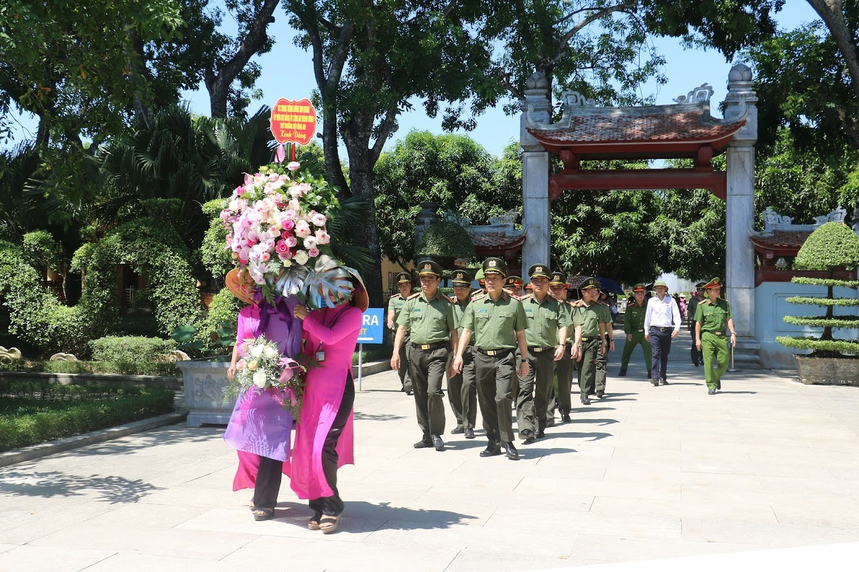 Thứ trưởng Lương Tam Quang và đoàn công tác dâng hoa tại Khu di tích Quốc gia đặc biệt Kim Liên