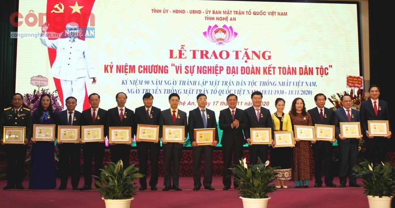 Đồng chí Thái Thanh Qúy, Ủy viên dự khuyết Ban Chấp hành Trung ương Đảng, Bí thư Tỉnh ủy Nghệ An  trao kỷ niệm chương vì sự nghiệp Đại đoàn kết toàn dân tộc cho các cá nhân - Ảnh: Hồ Hưng
