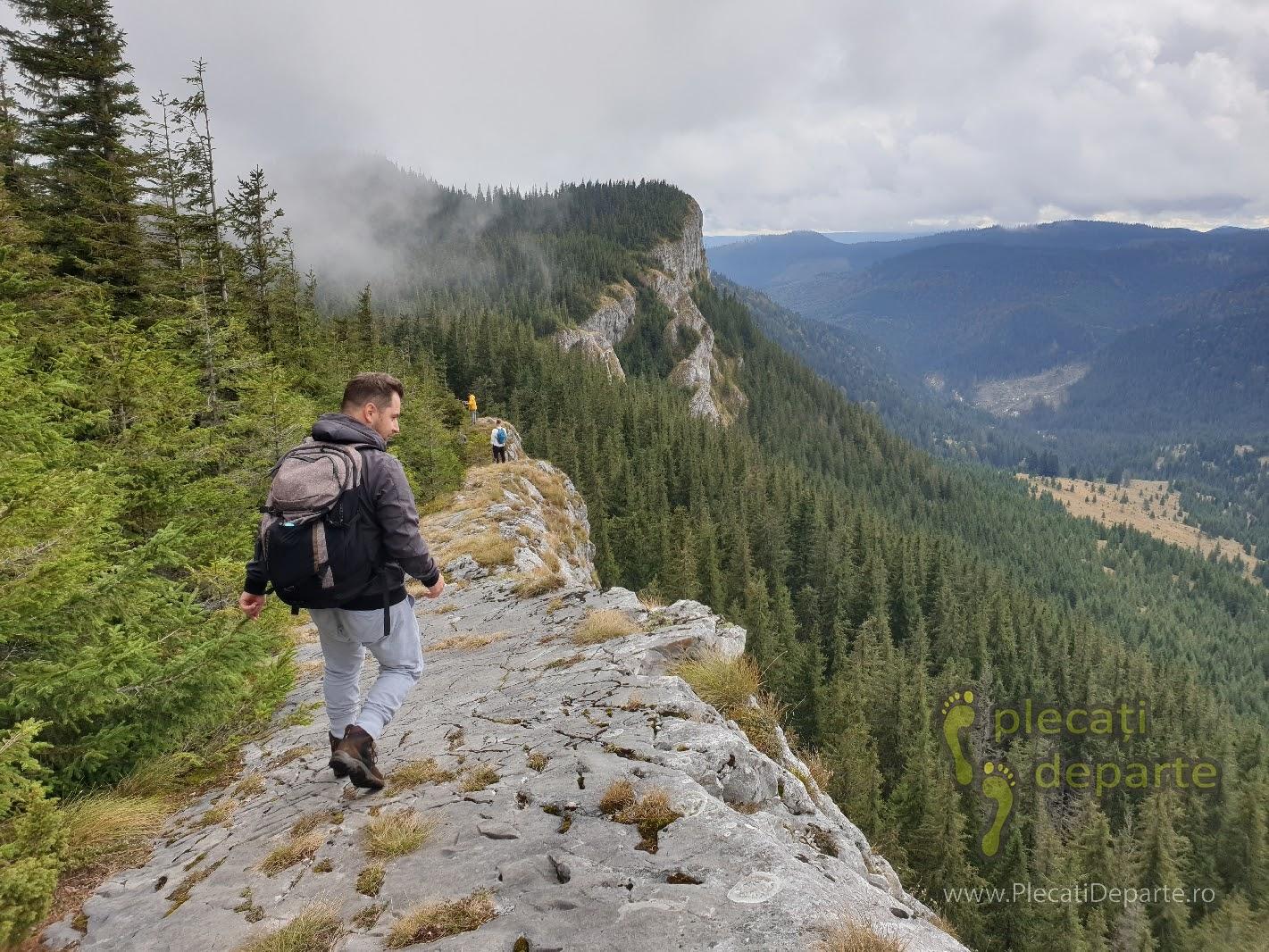 Mergand pe Pietrele Albe, traseu de creasta, traseul de la cascada Valul Miresei, Rachitele