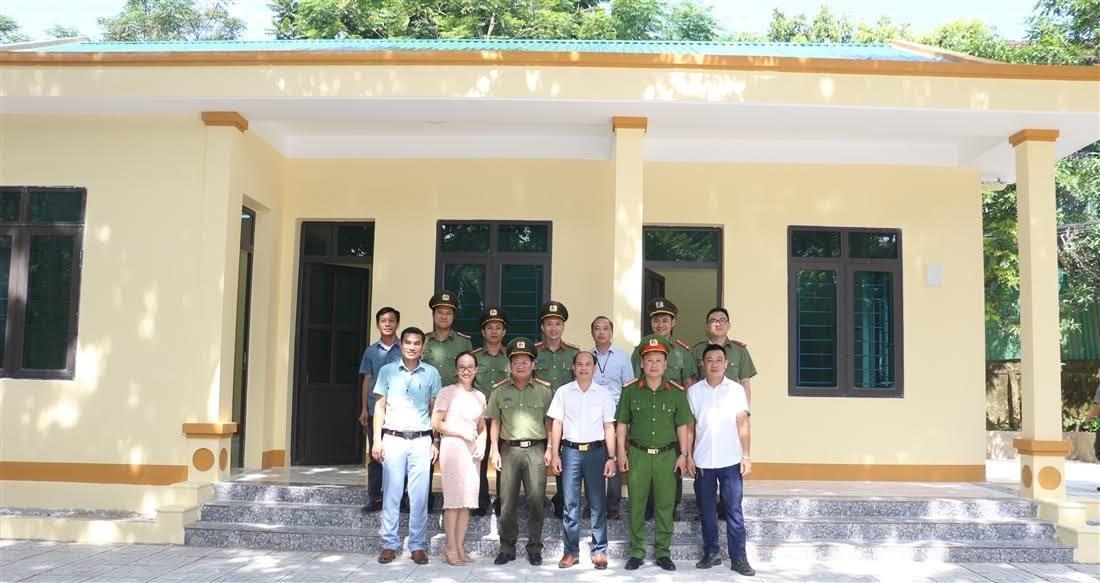 Đại diện Công an tỉnh, Công an huyện Quế Phong, chính quyền địa phương cùng các đơn vị liên quan chụp ảnh lưu niệm tại trụ sở Công an xã Châu Thôn