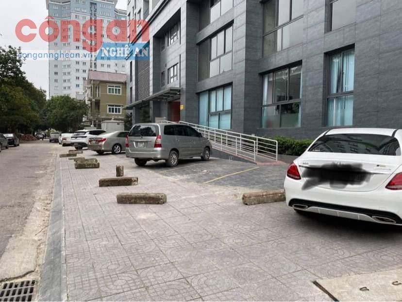 Hình ảnh phản cảm, hành xử thiếu chuyên nghiệp khi mang gạch đá, bê tông chẹn lối đỗ xe khiến cư dân bức xúc