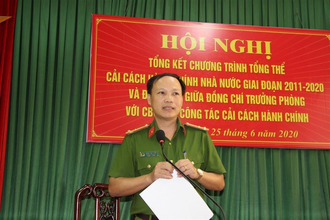 Thượng tá Phạm Anh Tuấn- Trưởng Phòng Cảnh sát kinh tế đã giải đáp các ý kiến, thắc mắc của các CBCS trong đơn vị.