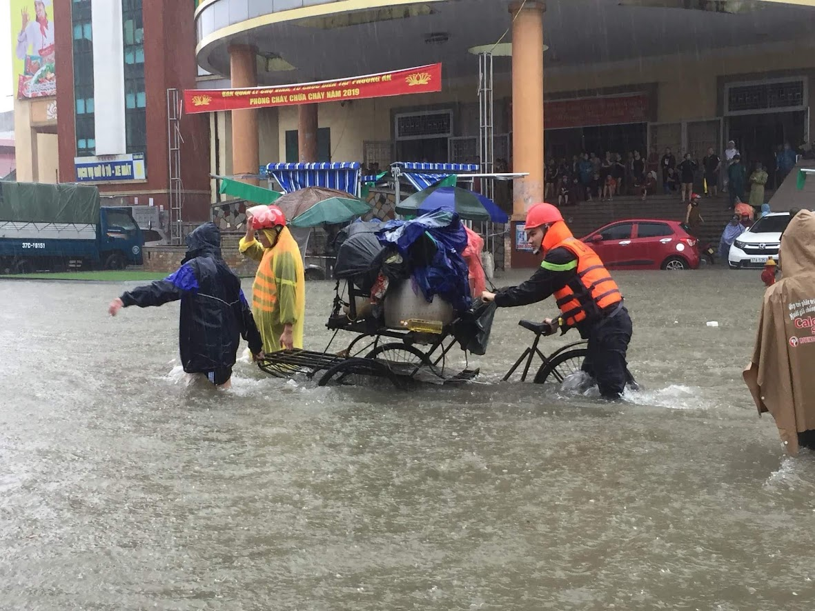 Lực lượng Công an Nghệ An giúp đỡ người dân di dời hàng hóa trong đợt mưa lớn kéo dài