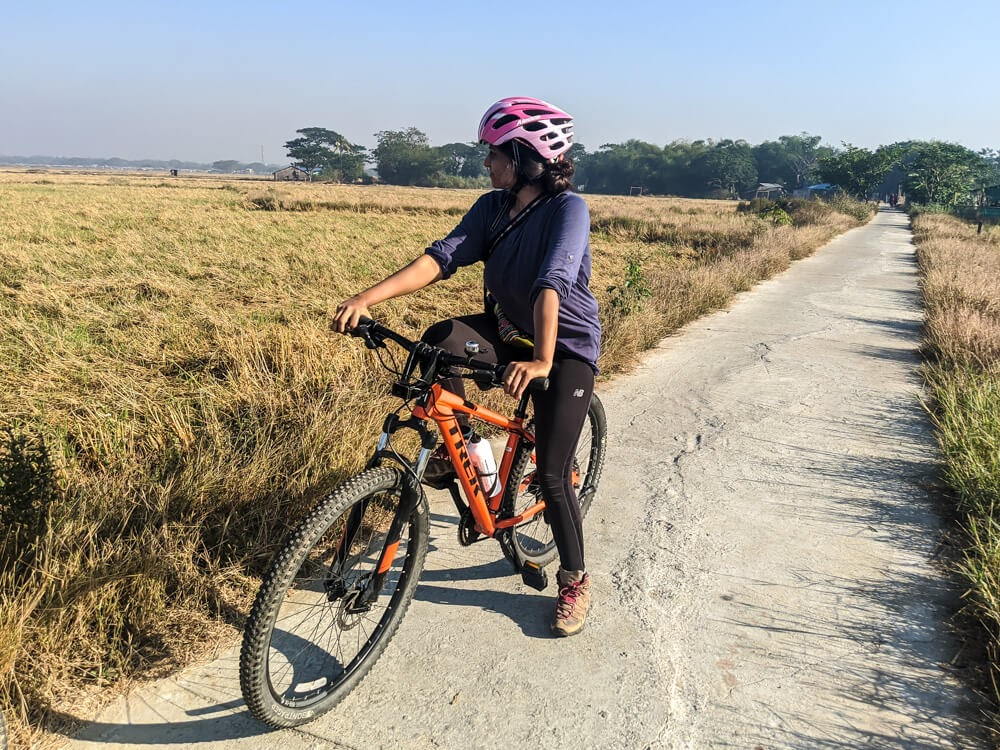 cycyling in countryside burma dalla yangon.jpg