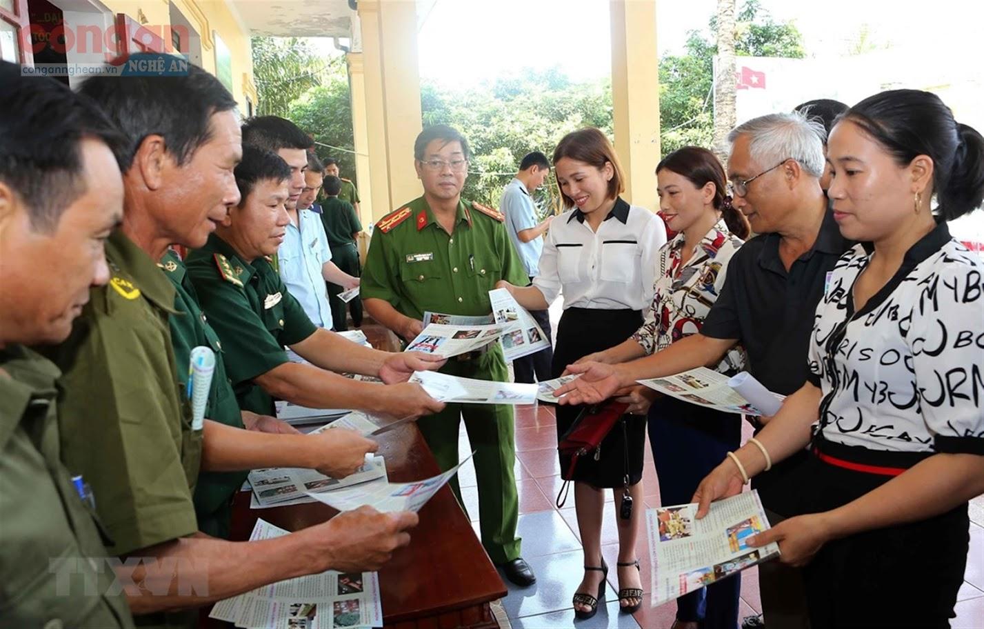 Cục Cảnh sát ĐTTP về Ma túy tổ chức tuyên truyền, tấn công, trấn áp tội phạm ma túy  tuyến biên giới Việt - Lào trên địa bàn 3 tỉnh Thanh Hóa, Nghệ An, Hà Tĩnh - Ảnh: TTXVN