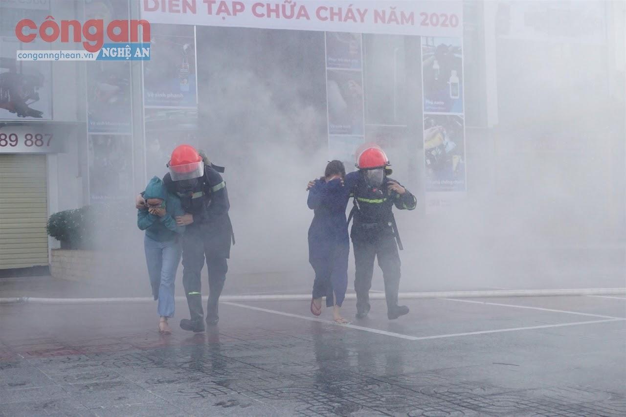 Chiến sĩ Đội Cảnh sát PCCC&CNCH số 1 thực tập phương án chữa cháy tại cơ sở