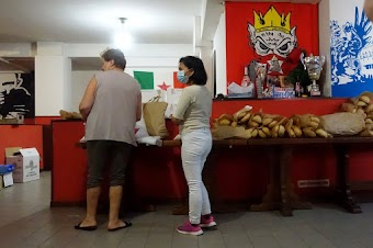 Zwei Frauen im Lebensmittelladen.