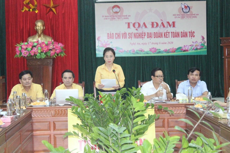 Đồng chí Võ Thị Minh Sinh, Ủy viên BTV Tỉnh ủy, Chủ tịch Ủy ban MTTQ tỉnh phát biểu khai mạc Tọa đàm