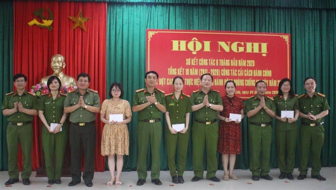 Lãnh đạo Công an huyện biểu dương các nữ CBCS xung phong đảm nhận chức danh công an xã