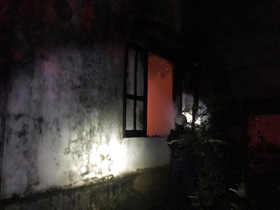 Tiếp cận đám cháy từ cửa sổ phòng ấp trứng