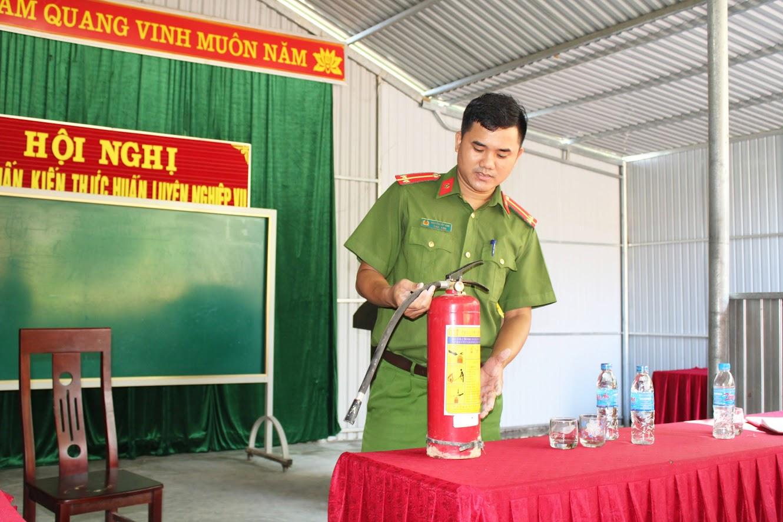 Cán bộ Đội Cảnh sát QLHC về TTXH Công an huyện Quỳ Châu phổ biến tình hình cháy nổ, tầm quan trọng của công tác PCCC và kỹ năng sử dụng thiết bị PCCC.