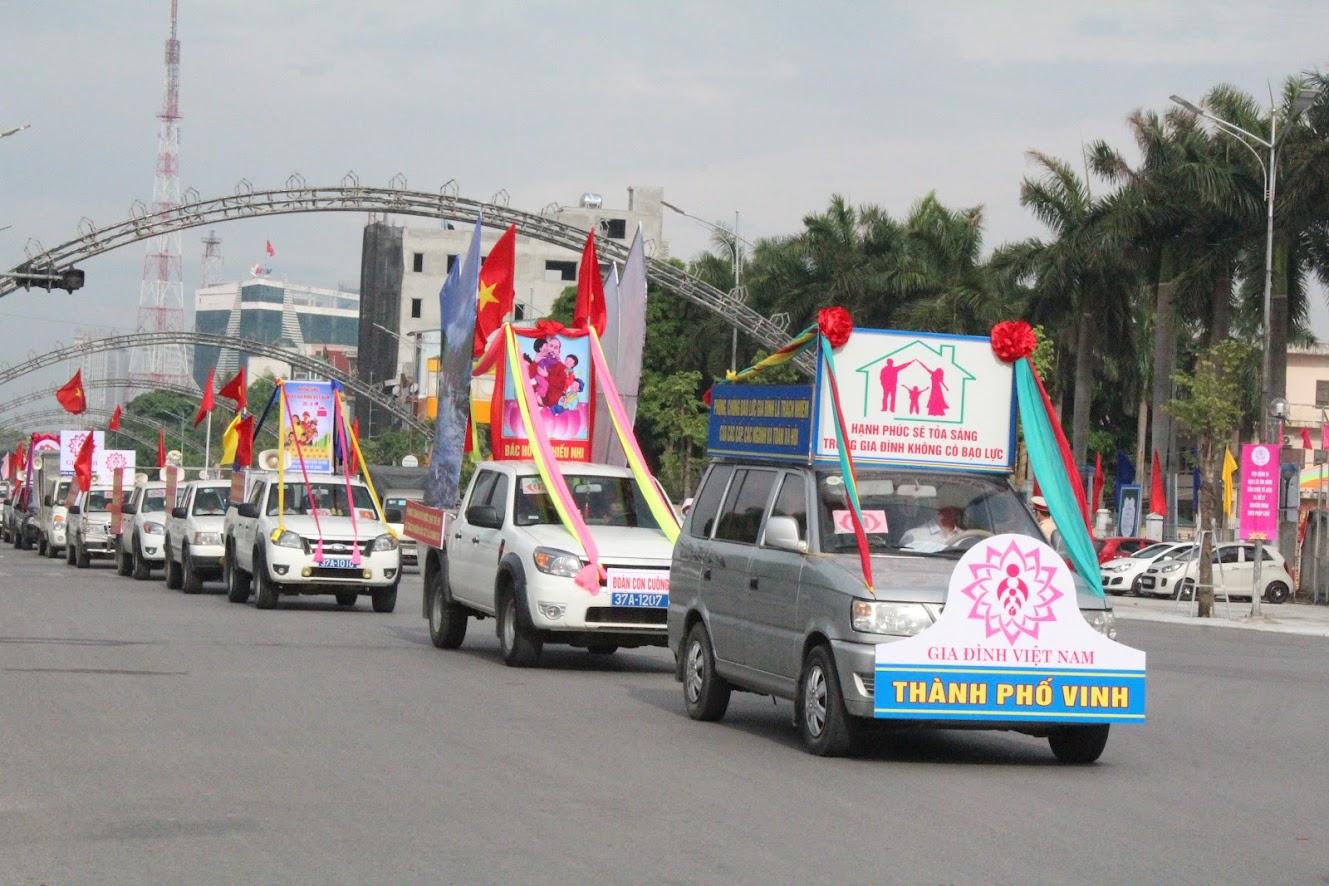 Đoàn diễu hành kêu gọi người dân hướng ứng Tháng hành động quốc gia phòng chống bạo lực gia đình.