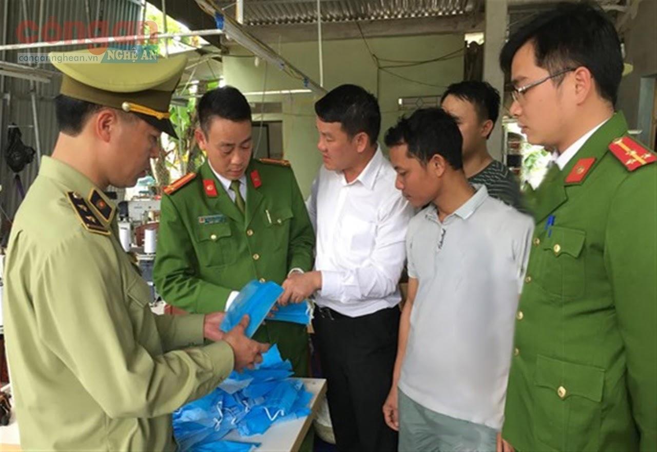 Cục Quản lý thị trường phối hợp với các lực lượng chức năng kiểm tra cơ sở sản xuất khẩu trang kém chất lượng trên địa bàn TX Thái Hòa