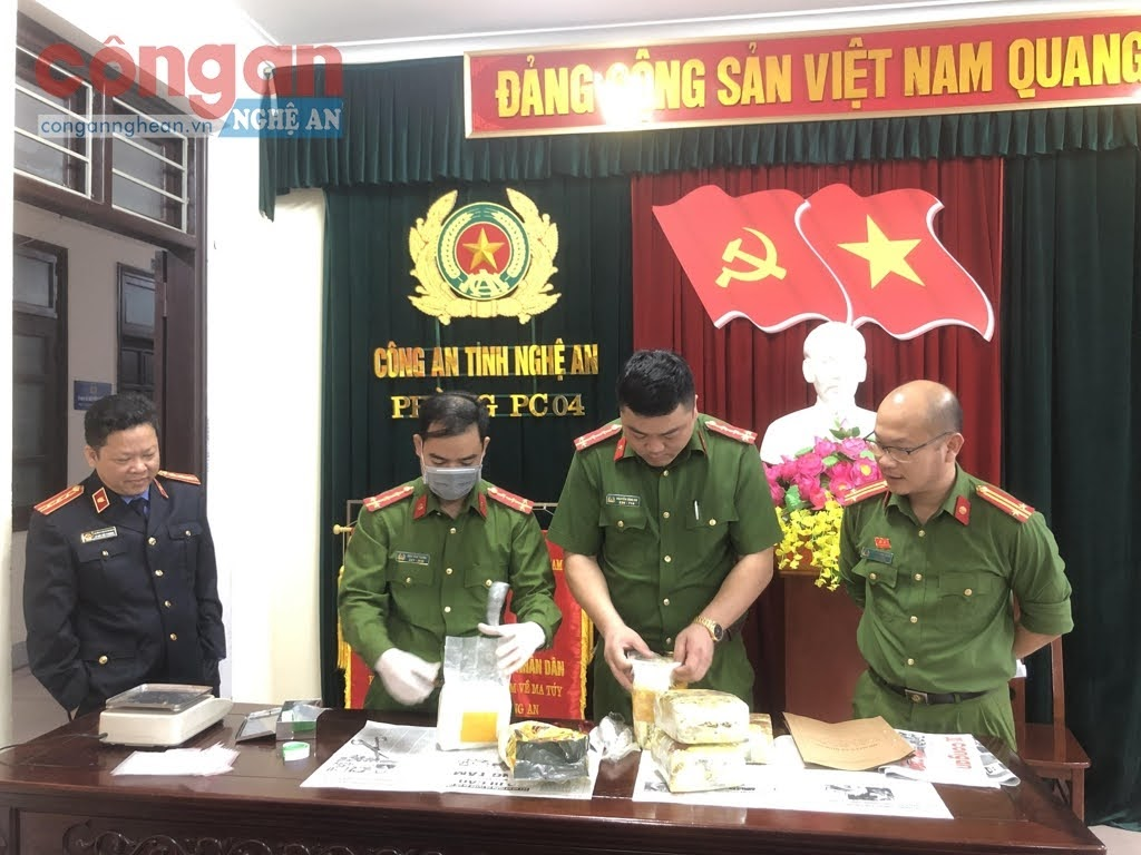 Cơ quan CSĐT Công an tỉnh Nghệ An phối hợp với VKSND cùng cấp tổ chức           giám định số ma tuý vừa thu giữ trong chuyên án