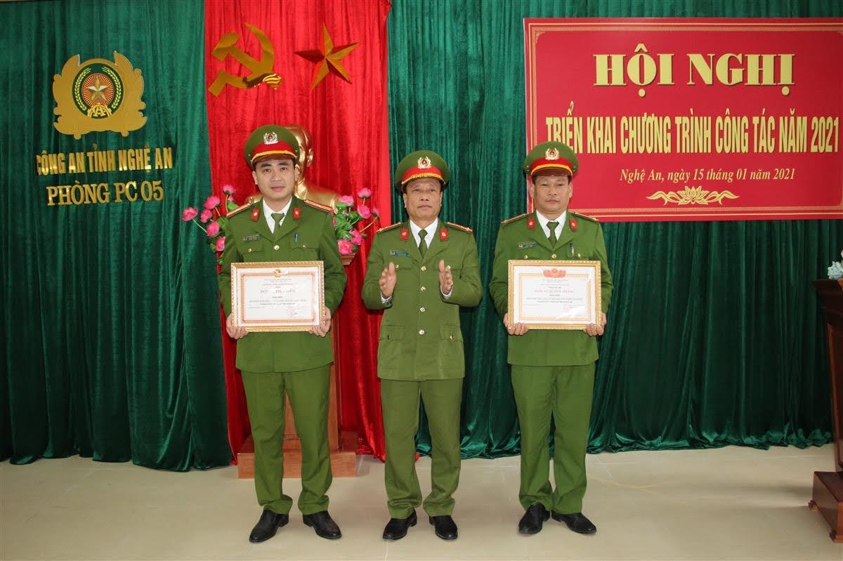 Trao danh hiệu Đơn vị Quyết thắng và Đơn vị Tiên tiến cho các tập thể