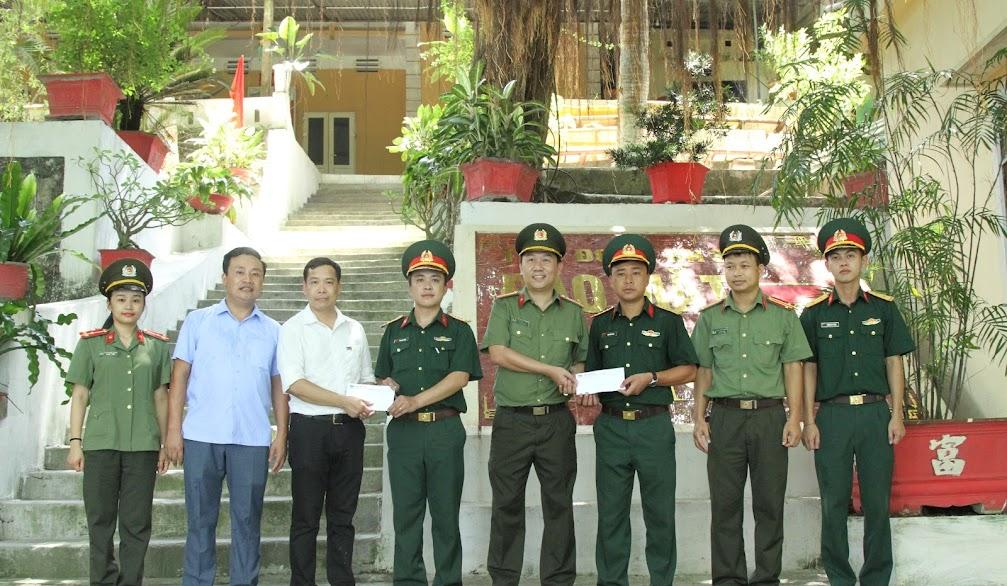 Đại diện lãnh đạo Báo CANA và Tập đoàn Thiên Minh Đức tặng quà cho CBCS Đảo Mắt. Ảnh: Thiên Thảo