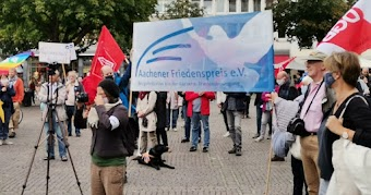 Demonstrantinnen, Transparent «Achener Friedenspreis».