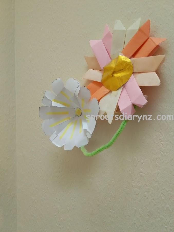 壁に貼った娘の花