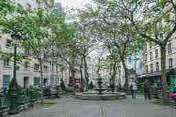 エミリー、パリへ行く la maison d'Emily Place de l'Estrapade Place de l'Estrapade
