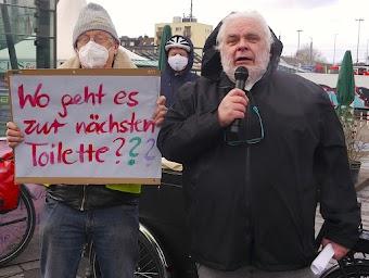 Demonstranten, Transparent: «Wo geht es zur nächsten Toilette?».
