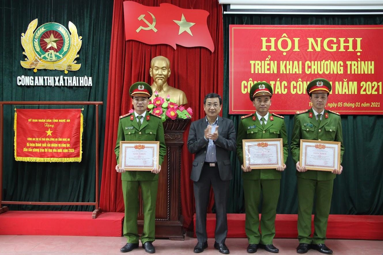 Đồng chí Phạm Chí Kiên, Chủ tịch UBND TX Thái Hòa tặng Giấy khen cho các tập thể, cá nhân có thành tích xuất sắc trong phong trào thi đua Vì an ninh Tổ quốc năm 2020
