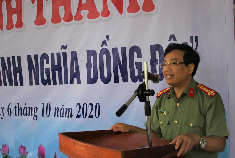 Đồng chí Đại tá Hồ Văn Tứ - Phó giám đốc Công an tỉnh phát biểu tại buổi lễ