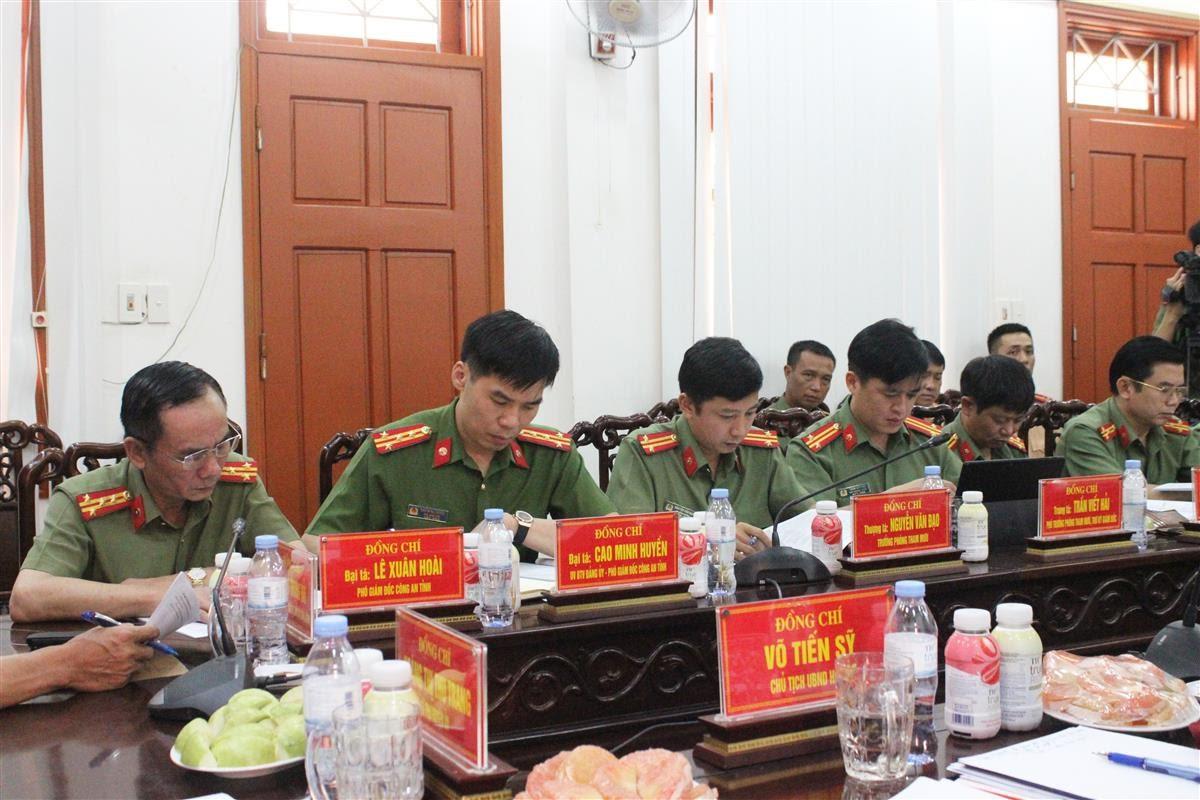 Các đại biểu trong Đoàn công tác Công an tỉnh tại buổi làm việc.