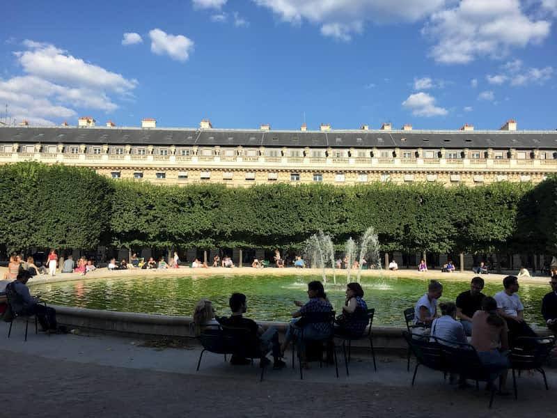 エミリー、パリへ行く ミンディと会う公園パレロワイヤル